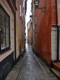 Sehr schmale Straße in Gamla Stan, Stockholm Stockfotografie