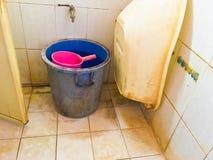 Sehr Schmutziges Badezimmer Stockfoto - Bild von anwendung, musik ...