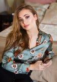 Sehr stilvoller junger Brunette stockfotografie