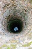 Sehr tief alter Wasserbrunnen Stockfotos