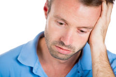 Sehr trauriger, deprimierter, allein, enttäuschter Mann, der an Hand sein Gesicht stillsteht, Lizenzfreies Stockfoto