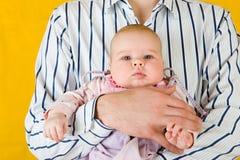 Sehr unterhaltendes Kind an den Vaterhänden. Lizenzfreie Stockfotos