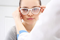 Sehtest, ein Kind ein Augenarzt Stockbild