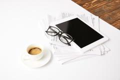 Sehvermögen, Tasse Kaffee, Zeitungspapier und digitale Tablette mit leerem Bildschirm, auf Weiß stockfotos