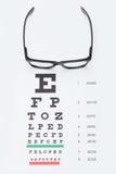 Sehvermögentestseite mit Gläsern über ihr Stockfotos