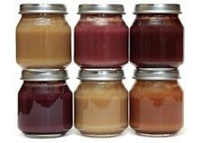Sei alimenti per bambini in barattolo di vetro isolato su fondo bianco. Fotografia Stock Libera da Diritti