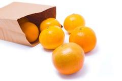 Sei arance che cadono dal sacco di carta. Fotografia Stock