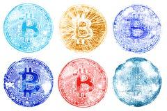 Sei bolli variopinti del bitcoin di simbolo su Libro Bianco Per la progettazione dei documenti virtuali di valuta Un grande archi Fotografia Stock Libera da Diritti