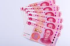 Sei cinesi 100 note di RMB sistemate come fan isolato sulla parte posteriore di bianco Fotografie Stock