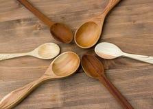 Sei cucchiai di legno Fotografie Stock