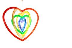 Sei formati a forma di del cuore che appendono contro il bianco Immagine Stock Libera da Diritti