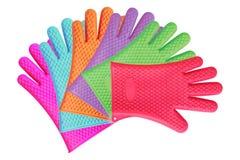 Sei guanti della cucina del silicone isolati su bianco Fotografie Stock Libere da Diritti