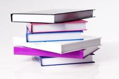 Sei libri di banco di formazione su una tabella bianca Fotografie Stock Libere da Diritti