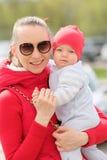 Sei mesi del bambino con la madre Immagini Stock Libere da Diritti