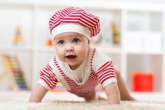 Sei mesi della neonata che striscia sul pavimento in scuola materna Fotografia Stock Libera da Diritti