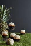 Sei piccoli dolci sul vassoio della fila e sul passo artificiale fotografia stock