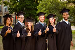 Sei riusciti multi giovani laureati attraenti etnici allegri dentro Fotografia Stock