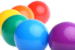 Sei sfere di plastica colorate lucide del giocattolo hanno isolato fotografie stock