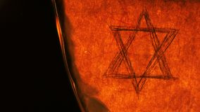 Sei stelle di Hexagram della stella del punto di David Religion Symbol sulla vecchia combustione di carta archivi video