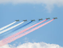 Sei Su-25 hanno infornato i colori del fumo della bandiera russa Fotografia Stock Libera da Diritti