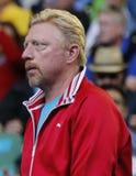 Sei supporti Novak Djokovic di Boris Becker del campione del Grande Slam di volte della Serbia durante la sua partita del giro 4  Fotografia Stock