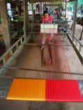 Seide, die am Khmer-Dorf spinnt Lizenzfreies Stockfoto