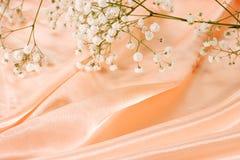 Seide- und Blumenhintergrund Stockbild