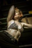 Seiden, lieben Sie, der Blickdurchschnitt, tätowiert Erotisches weibliches Modell blond Lizenzfreie Stockfotos