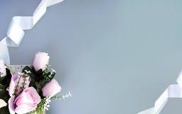Seidenbänder, rosa Rosen auf grauem Hintergrund stockbild