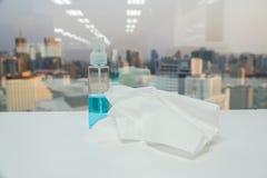 Seidenpapierblatt mit blauer gesundheitlicher Alkoholflasche für das Säubern Lizenzfreie Stockfotos