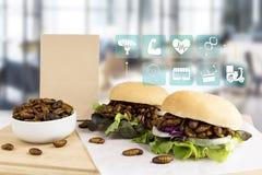 Seidenraupen-Puppen für das Essen als Nahrung Insekt frittiert in der Burger- und Pakettasche Medienikonennahrungs- und -symbolau stockbilder