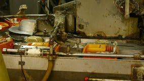 Seidenraupenkokon an der silk Fabrik Arbeitskräfte, die an der Werkstatt wirbeln stock footage