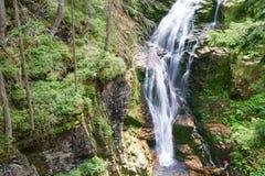 Seidiger Wasserfall Lizenzfreie Stockfotos
