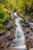 Seidiger Wasserfall lizenzfreie stockbilder