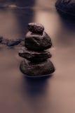 Seidiges Wasser und Stein Stockfoto