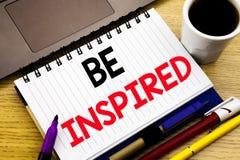 Seien angespornt Sie Geschäftskonzept für Inspiration und die Motivation, die auf Notizbuch geschrieben wird, buchen auf dem hölz lizenzfreies stockbild