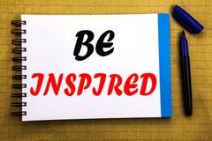 Seien angespornt Sie Geschäftskonzept für Inspiration und Motivation geschrieben auf Notizblockbriefpapierhintergrund mit Raumbür stockbilder