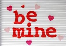 Seien Sie Bergwerk Valentine Stuck auf einem Fenster lizenzfreie stockfotos