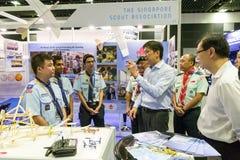 Seien Sie Besuchsstände Ng Chee Meng am Luftfahrt-offenen Haus behilflich lizenzfreies stockfoto