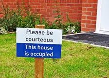Seien Sie bitte höflich - dieses Haus wird bewohnt Stockfoto