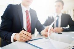 Seien Sie damit einverstanden, Vertrag zu unterzeichnen Lizenzfreies Stockbild