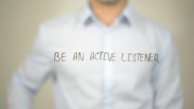 Seien Sie ein aktiver Zuhörer, Mannschreiben auf transparentem Schirm lizenzfreies stockbild