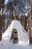Seien Sie in einer Erholungsstätte im Winterkiefernwald befreundet Lizenzfreies Stockfoto
