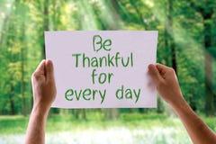 Seien Sie für jeden Tageskarte mit Naturhintergrund dankbar Stockbilder