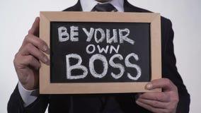 Seien Sie Ihre eigene Chefphrase auf Tafel in den Geschäftsmannhänden, Neuunternehmen stock video footage