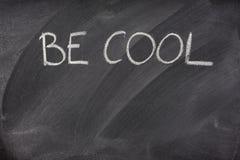 Seien Sie kühle Phrase auf einer Tafel Stockbilder