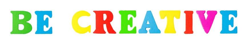 Seien Sie kreative Wörter mit hölzernen Buchstaben Stockbild