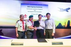 Seien Sie Ng Chee Meng an der Unterzeichnungszeremonie am Luftfahrt-offenen Haus behilflich stockfotos