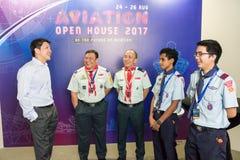 Seien Sie Ng Chee Meng mit Vertretern am Luftfahrt-offenen Haus behilflich lizenzfreie stockfotos
