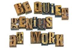 Seien Sie ruhiges Genie an der Arbeitszeichenmitteilung stockbild
